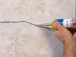 трещины в стенах замазываем герметиком