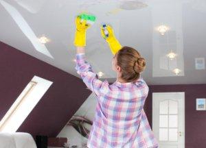помыть глянцевый натяжной потолок