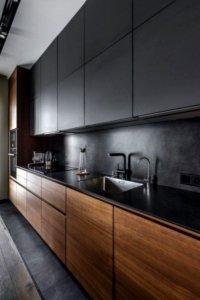 Кухня в чёрном цвете в обычной квартире