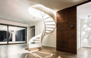 Винтовая лестница как часть интерьера