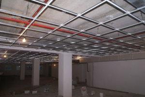 Устройство плиточного потолка на черновом каркасе