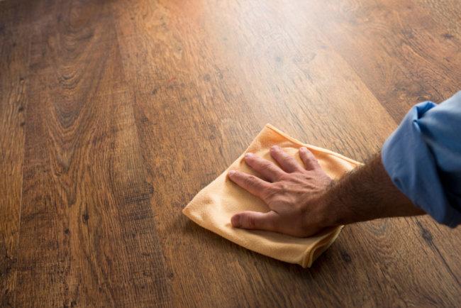 Уход за деревянным полом с лакированным покрытием
