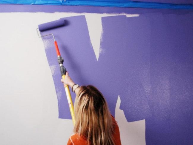 нанесение краски стену