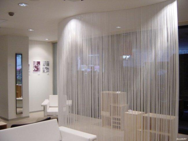 зонировать комнату ниточными шторами